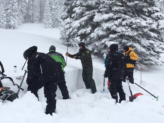 Learning stability tests and snowpit basics in the field class